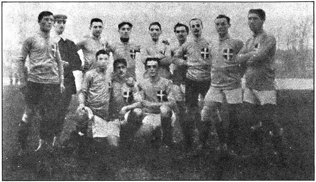 La nazionale di calcio con la maglia azzurra e la croce sabauda, 1911.
