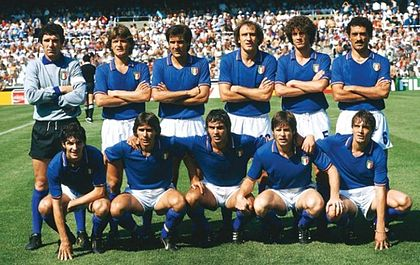 La nazionale di calcio italiana con la maglia azzurra e lo scudetto tricolore